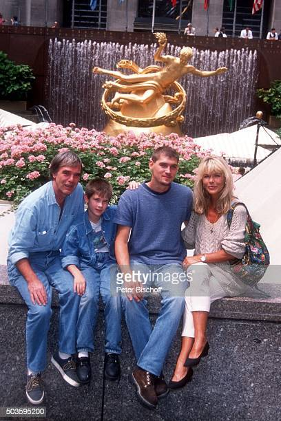 'Lena Valaitis Ehemann Horst Jüssen Sohn Marco Wiedmann und Sohn DonDavid Jüssen FamilienUrlaub am am RockefellerCenter in Manhattan New York USA '