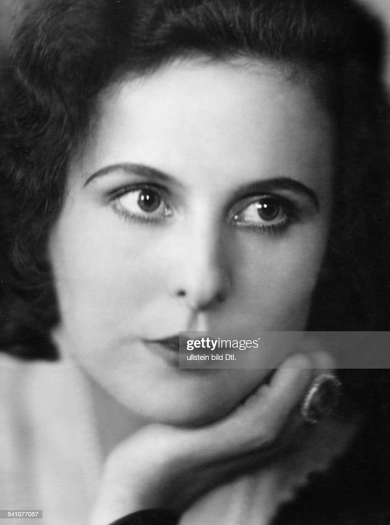 leni reifenstahl Leni riefenstahl blue light blue light 1932 a modern couple arrive in the village and show interest in the story of junta junta is a half-wild mountain girl whose odd behavior has led to her.