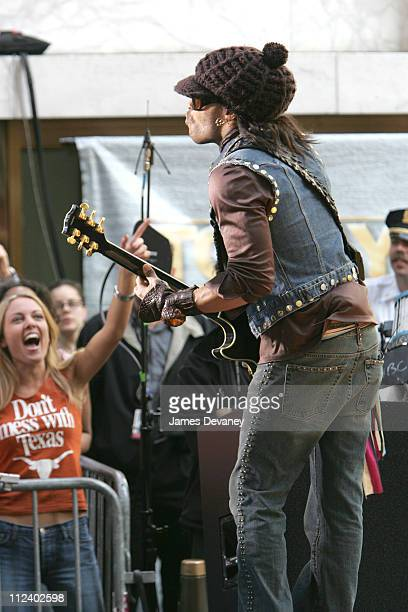Lenny Kravitz during Lenny Kravitz Performs on 'The Today Show' Summer Concert Series May 20 2004 at NBC Studios Rockefeller Plaza in New York City...