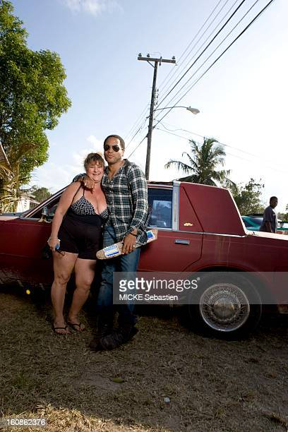 Lenny KRAVITZ receives Paris Match in the Bahamas the island of Eleuthera where he has a property the singer posing with an unidentified woman