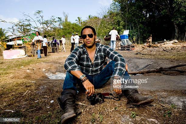 Lenny KRAVITZ receives Paris Match in the Bahamas the island of Eleuthera where he has a property attitude of the singer sitting on the ground the...