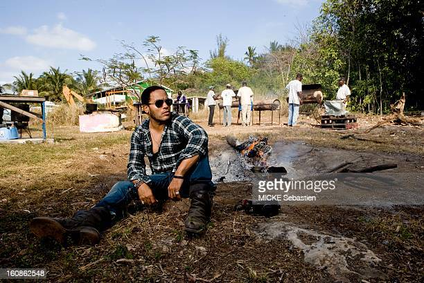 Lenny KRAVITZ receives Paris Match in the Bahamas the island of Eleuthera where he has a property Plan three quarters of the singer sitting on the...