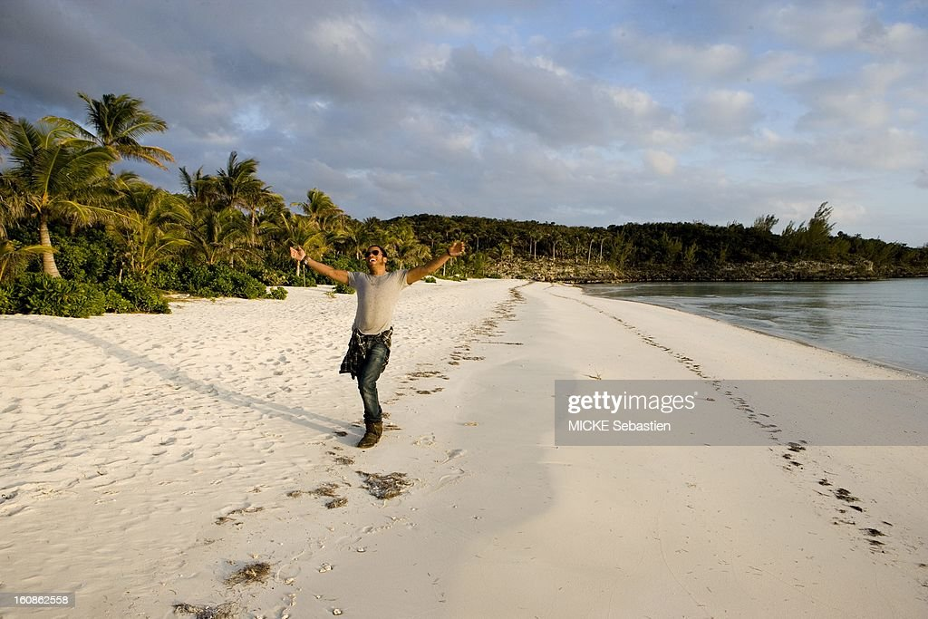 Lenny KRAVITZ receives Paris Match in the Bahamas, the island of Eleuthera, where he has a property: smiling attitude of the singer with open arms on his private beach half a kilometer long.