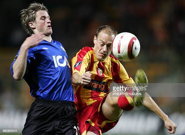 Lens's defender Nicolas Gillet vies with Halmstad's forward Gunnar Thorvaldsson during their UEFA cup football match Lens/Halmstad 03 November 2005...