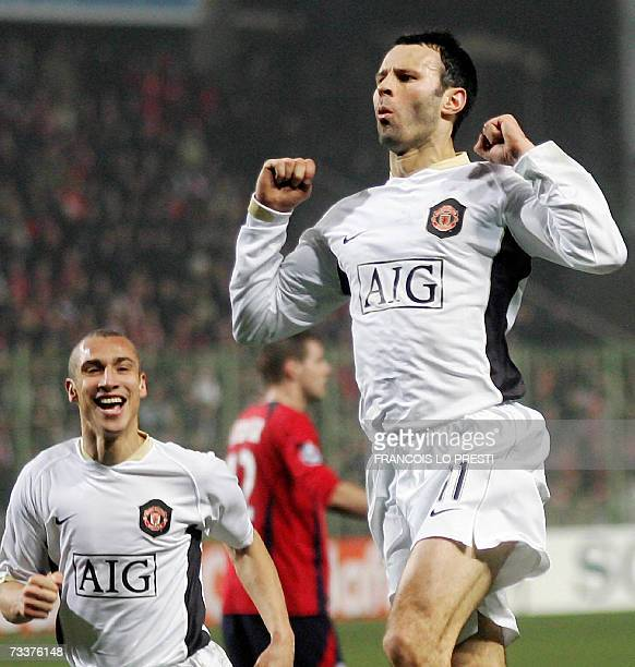 Manchester's British midfielder Ryan Giggs celebrates his goal with Swedish forward Henrik Larsson during the Champions League football match Lille...