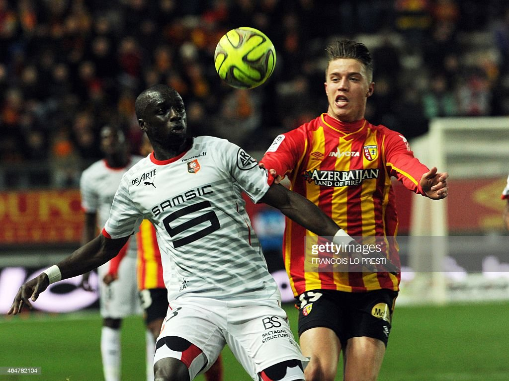 Lens' French forward Baptiste Guillaume (R) vies with Rennes' French Senegalese defender Cheik Mbengue during the French L1 football match between Lens and Rennes on February 28, 2015 at the Licorne stadium in Amiens, northern France.