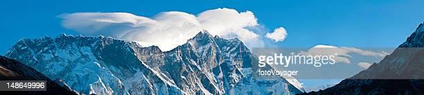 レンズ雲打ち寄せる波、ヒマラヤ山脈ネパールパノラマに広がる山の山頂