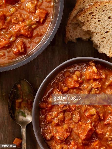 Linsen und Würstchen-Suppe mit Tomaten