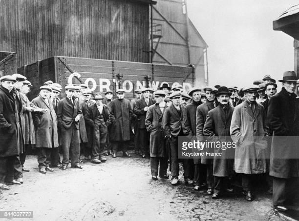 A l'entrée de la mine de Cortonwood les mineurs attendant avec angoisse les nouvelles de leurs camarades au RoyaumeUni en décembre 1932