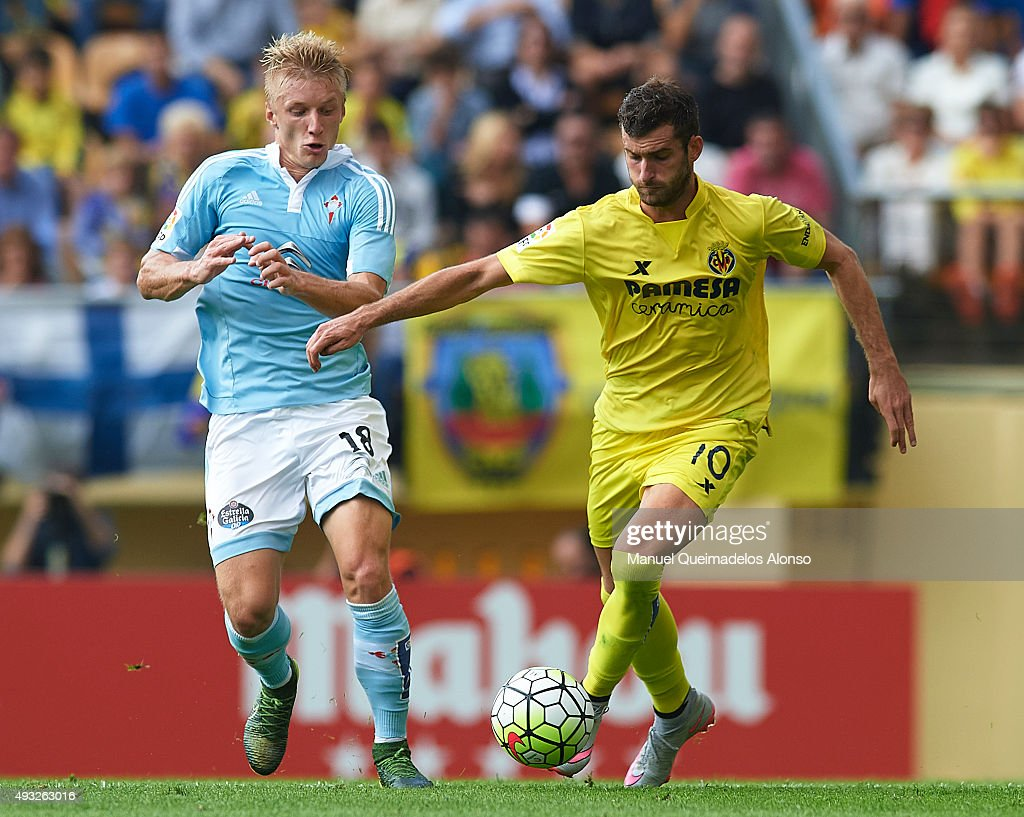 Leo Baptistato (R) of Villarreal competes for the ball with <a gi-track='captionPersonalityLinkClicked' href=/galleries/search?phrase=Daniel+Wass&family=editorial&specificpeople=7487616 ng-click='$event.stopPropagation()'>Daniel Wass</a> of Celta during the La Liga match between Villarreal CF and RC Celta de Vigo at El Madrigal Stadium on October 18, 2015 in Villarreal, Spain.