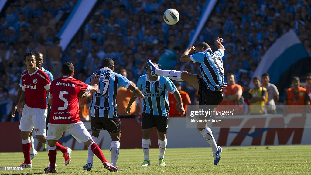 Leo gago and Fernando of Gremio struggle for the ball with <a gi-track='captionPersonalityLinkClicked' href=/galleries/search?phrase=Leandro+Damiao&family=editorial&specificpeople=7145241 ng-click='$event.stopPropagation()'>Leandro Damiao</a> of Internacional during a match between Gremio and Internacional as part of the Brasilian Championship Serie A at Olimpico Stadium on December 02, 2012 in Porto Alegre, Brazil.
