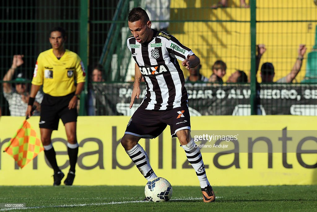 Leo Lisboa #18 of Figueirense in action during a match between Figueirense and Sport as part of Campeonato Brasileiro 2014 at Orlando Scarpelli Stadium on August 3, 2014 in Florianopolis, Brazil