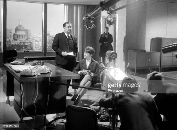 Leo McKern as selfmade businessman Robert Disson and Vivien Merchant as Wendy his secretary rehearse the 'Tea Party' Harold Pinter's new TV drama at...