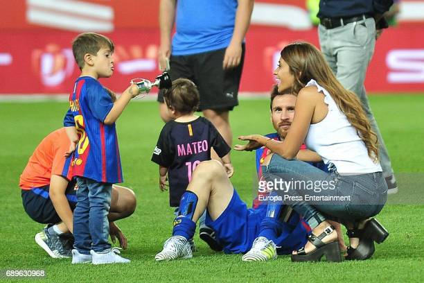 Leo Messi Antonella Roccuzzo and their sons Mateo Messi and Thiago Messi attend the Copa del Rey Final match between FC Barcelona and Alaves FC at...