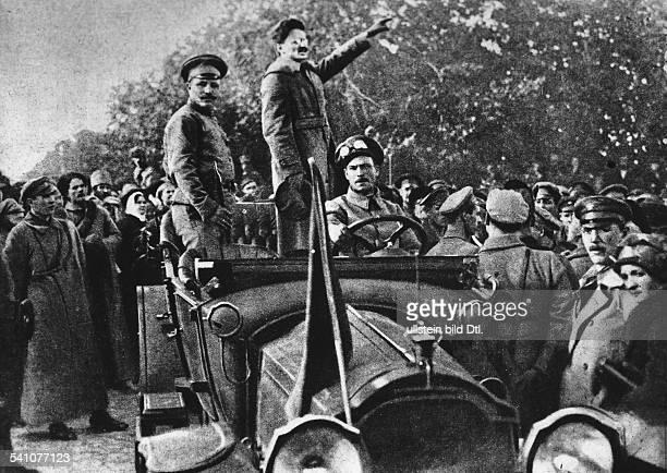 Leo Trotzki *26101879Politiker UdSSR bei einer Ansprache an Soldaten der Roten Armee 1919