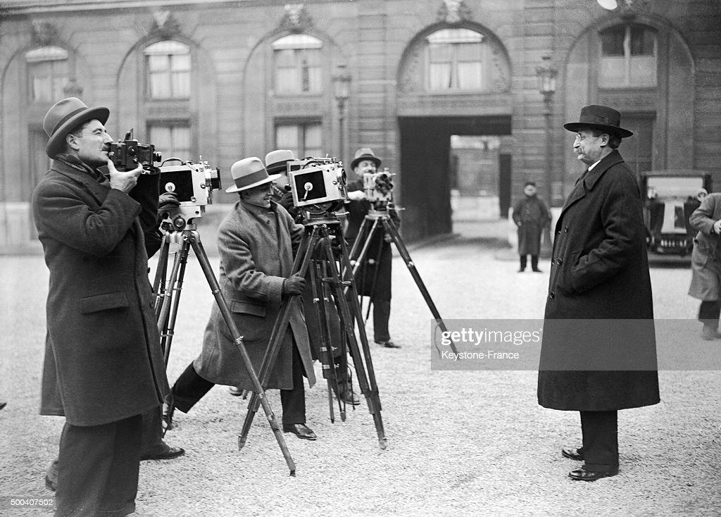<a gi-track='captionPersonalityLinkClicked' href=/galleries/search?phrase=Leon+Blum&family=editorial&specificpeople=882353 ng-click='$event.stopPropagation()'>Leon Blum</a> se fait filmer par les journalistes dans la cour de l'Elysee apres un entretient avec le president Paul Doumer qui veut trouver une solution suite a la demission du president du Conseil Pierre Laval en janvier, 1932 a Paris, France.
