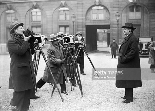 Leon Blum se fait filmer par les journalistes dans la cour de l'Elysee apres un entretient avec le president Paul Doumer qui veut trouver une...