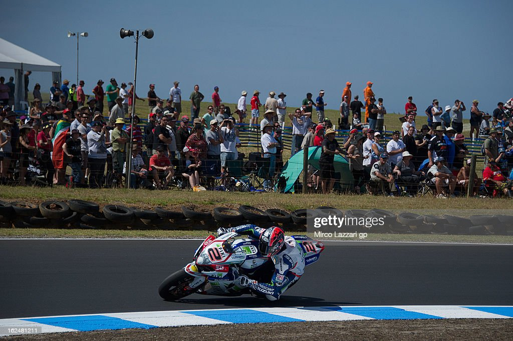 Leon Camier of Great Britain and Crescent Fixi Suzuki rounds the bend during the race 1 during the round first of 2013 Superbike FIM World Championship at Phillip Island Grand Prix Circuit on February 24, 2013 in Phillip Island, Australia.