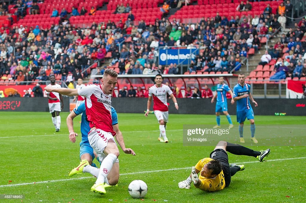 Leon de Kogel of FC Utrecht goalkeeper David Meul of Willem II during the Dutch Eredivisie match between FC Utrecht and Willem II Tilburg at the...