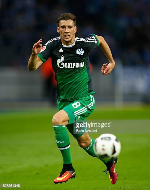 Leon Goretzka of FC Schalke 04 runs with the ball during the Bundesliga match between Hertha BSC and FC Schalke 04 at Olympiastadion on September 18...