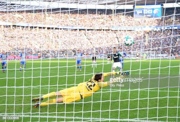 Leon Goretzka of FC Schalke 04 scores the 01 against Rune Almenning Jarstein of Hertha BSC during the game between Hertha BSC and Schalke 04 on...