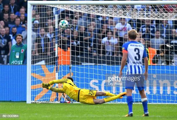 Leon Goretzka of FC Schalke 04 scores the 01 during the game between Hertha BSC and Schalke 04 on october 14 2017 in Berlin Germany