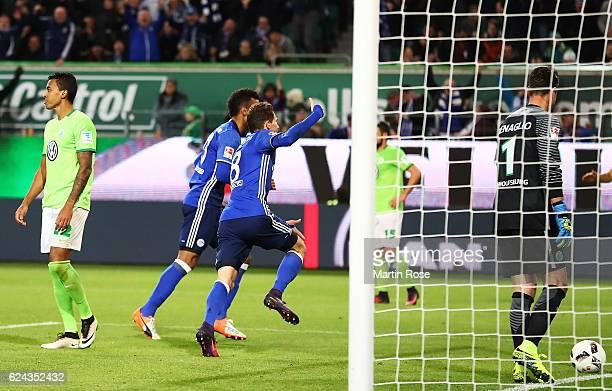 Leon Goretzka of Schalke 04 scores the first goal during the Bundesliga match between VfL Wolfsburg and FC Schalke 04 at Volkswagen Arena on November...