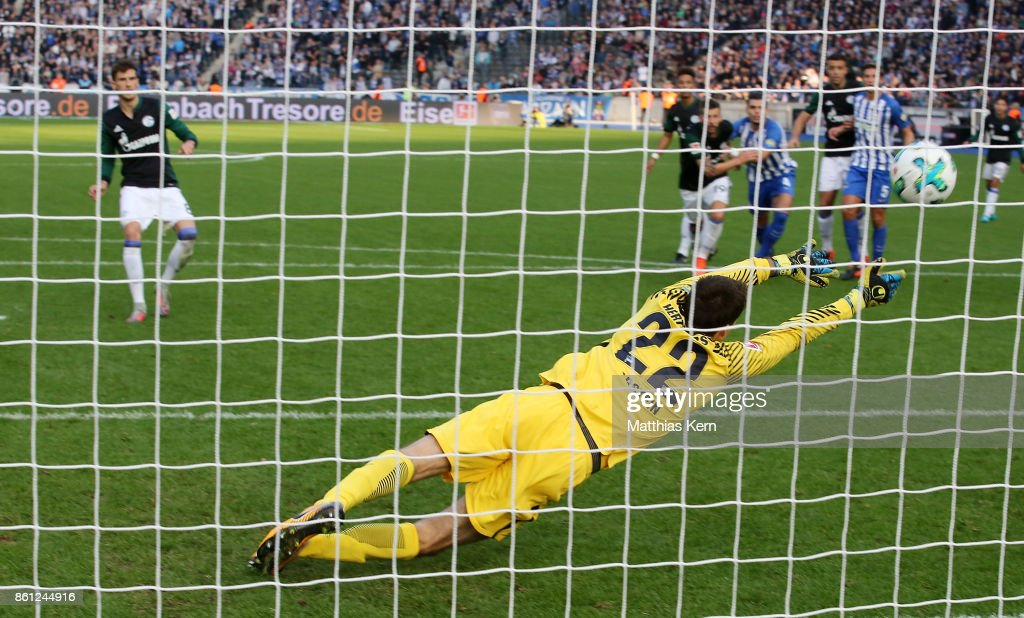 Leon Goretzka (L) of Schalke scores the first goal after penalty during the Bundesliga match between Hertha BSC and FC Schalke 04 at Olympiastadion on October 14, 2017 in Berlin, Germany.