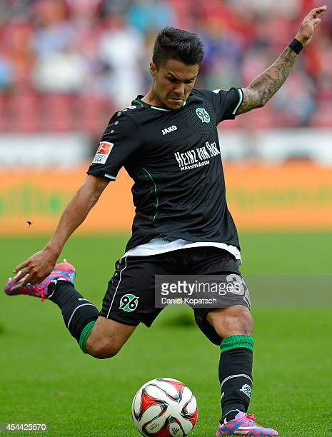 Leonardo Bittencourt of Hannover controls the ball during the Bundesliga match between 1 FSV Mainz 05 and Hannover 96 at Coface Arena on August 31...