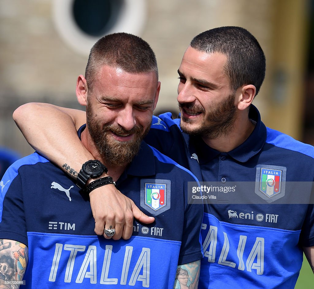 <a gi-track='captionPersonalityLinkClicked' href=/galleries/search?phrase=Leonardo+Bonucci&family=editorial&specificpeople=6166090 ng-click='$event.stopPropagation()'>Leonardo Bonucci</a> (R) and <a gi-track='captionPersonalityLinkClicked' href=/galleries/search?phrase=Daniele+De+Rossi&family=editorial&specificpeople=233652 ng-click='$event.stopPropagation()'>Daniele De Rossi</a> of Italy chat prior to the Italy training session at the club's training ground at Coverciano on May 27, 2016 in Florence, Italy.