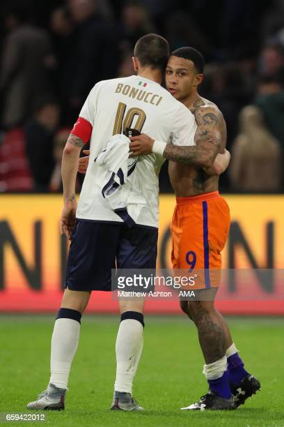 Leonardo Bonucci of Italy embraces Memphis Depay of Netherlands at the end of the international friendly match between Netherlands and Italy at...