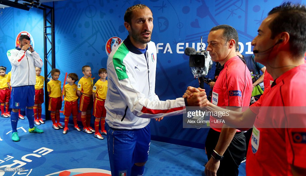 <a gi-track='captionPersonalityLinkClicked' href=/galleries/search?phrase=Leonardo+Bonucci&family=editorial&specificpeople=6166090 ng-click='$event.stopPropagation()'>Leonardo Bonucci</a> of Italy shakes hands with the match officials in the tunnel prior to the UEFA EURO 2016 round of 16 match between Italy and Spain at Stade de France on June 27, 2016 in Paris, France.