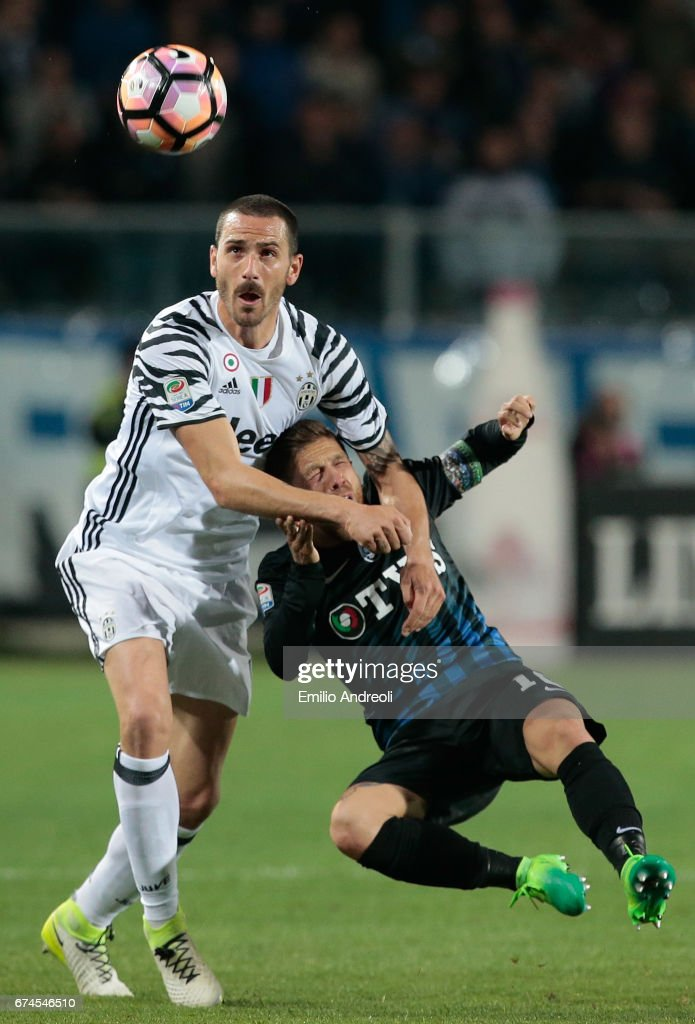 Leonardo Bonucci of Juventus FC (L) competes for the ball with Alejandro Dario Gomez of Atalanta BC during the Serie A match between Atalanta BC and Juventus FC at Stadio Atleti Azzurri d'Italia on April 28, 2017 in Bergamo, Italy.