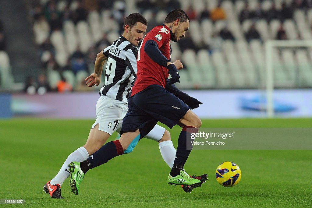 <a gi-track='captionPersonalityLinkClicked' href=/galleries/search?phrase=Leonardo+Bonucci&family=editorial&specificpeople=6166090 ng-click='$event.stopPropagation()'>Leonardo Bonucci</a> (L) of Juventus FC competes with Mauricio Pinilla of Cagliari Calcio during the TIM Cup match between Juventus FC and Cagliari Calcio at Juventus Arena on December 12, 2012 in Turin, Italy.