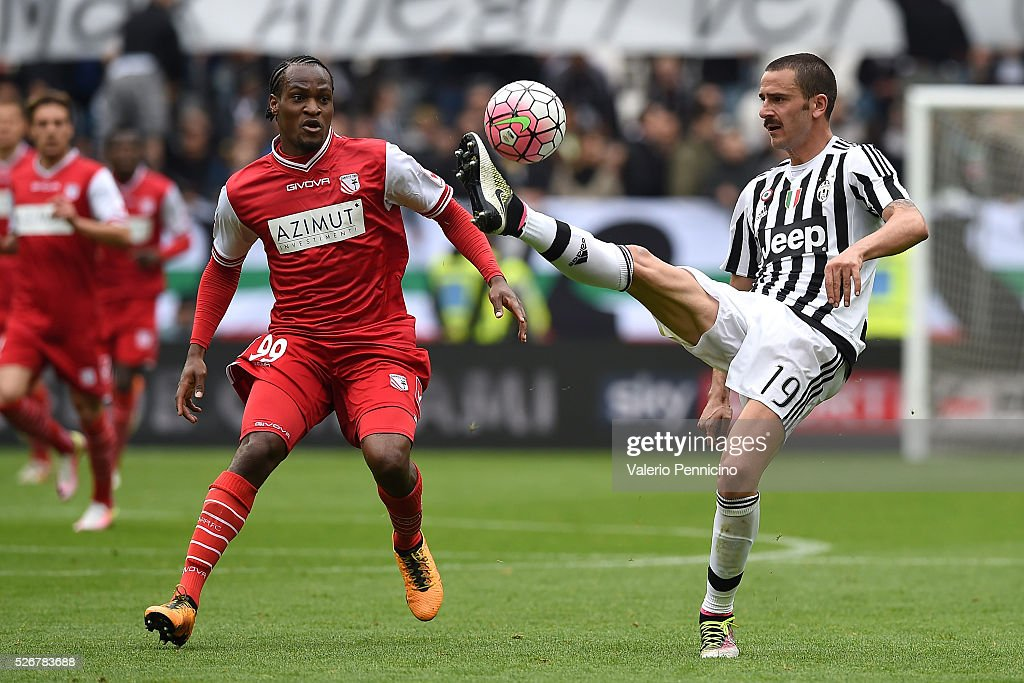 <a gi-track='captionPersonalityLinkClicked' href=/galleries/search?phrase=Leonardo+Bonucci&family=editorial&specificpeople=6166090 ng-click='$event.stopPropagation()'>Leonardo Bonucci</a> (R) of Juventus FC controls the ball against Jerry Uche Mbakogu of Carpi FC during the Serie A match between Juventus FC and Carpi FC at Juventus Arena on May 1, 2016 in Turin, Italy.