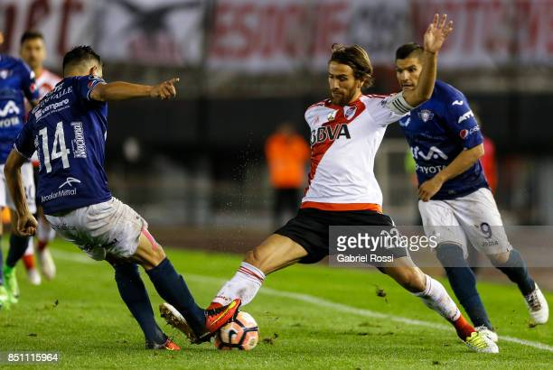 Leonardo Daniel Ponzio of River Plate fights for the ball with Jorge Antonio Ortiz of Wilstermann during a second leg match between River Plate and...