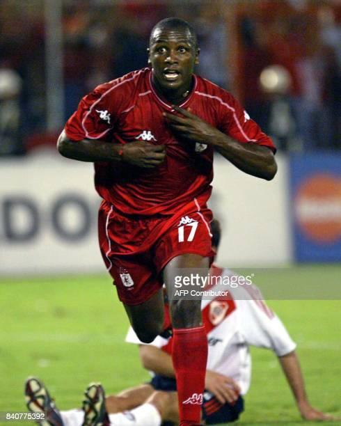Leonardo Fabio Moreno del América de Cali celebra su gol en el estadio Pascual Guerrero de Cali Colombia el 27 de mayo de 2003 durante el partido de...