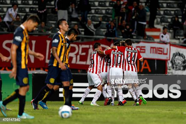 Leonardo Jara of Estudiantes celebrates with teammates after scoring the first goal of his team during a match between Estudiantes and Rosario...