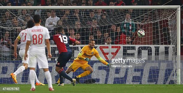 Leonardo Pavoletti of Genoa CFC scores his goal during the Serie A match between Genoa CFC and FC Internazionale Milano at Stadio Luigi Ferraris on...