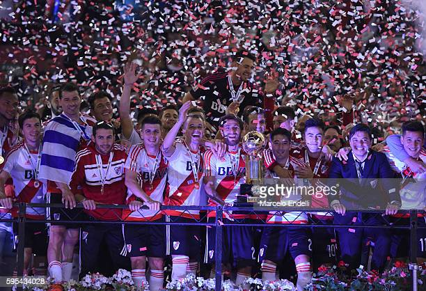 Leonardo Ponzio and teammates of River Plate celebrate with the trophy after winning the Recopa Sudamericana 2016 during a second leg match between...
