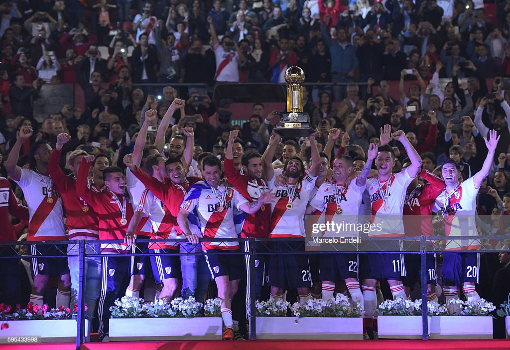 Leonardo Ponzio of River Plate lifts the trophy after winning the Recopa Sudamericana 2016 during a second leg match between River Plate and...