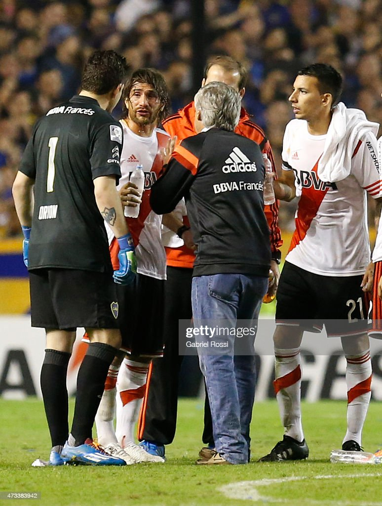 Leonardo Ponzio of River Plate talks to <a gi-track='captionPersonalityLinkClicked' href=/galleries/search?phrase=Agustin+Orion&family=editorial&specificpeople=2498311 ng-click='$event.stopPropagation()'>Agustin Orion</a> of Boca Juniors while the match was delayed due to a tear gas bomb during a second leg match between Boca Juniors and River Plate as part of round of sixteen of Copa Bridgestone Libertadores 2015 at Alberto J. Armando Stadium on May 14, 2015 in Buenos Aires, Argentina.
