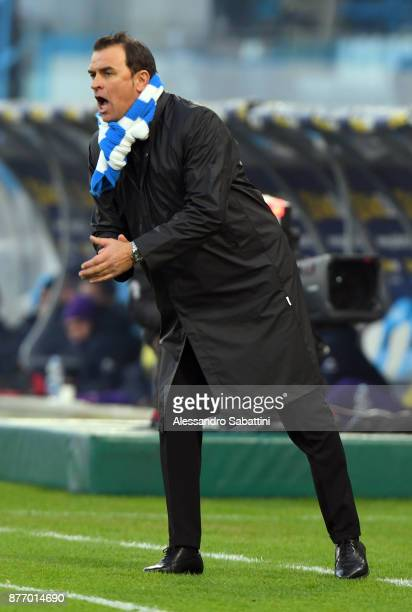 Leonardo Semplici head coach of Spal issues instructions to his players during the Serie A match between Spal and ACF Fiorentina at Stadio Paolo...