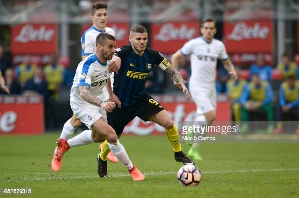 Leonardo Spinazzola of Atalanta BC and Mauro Icardi of FC Internazionale compete for the ball during the Serie A football match between FC...