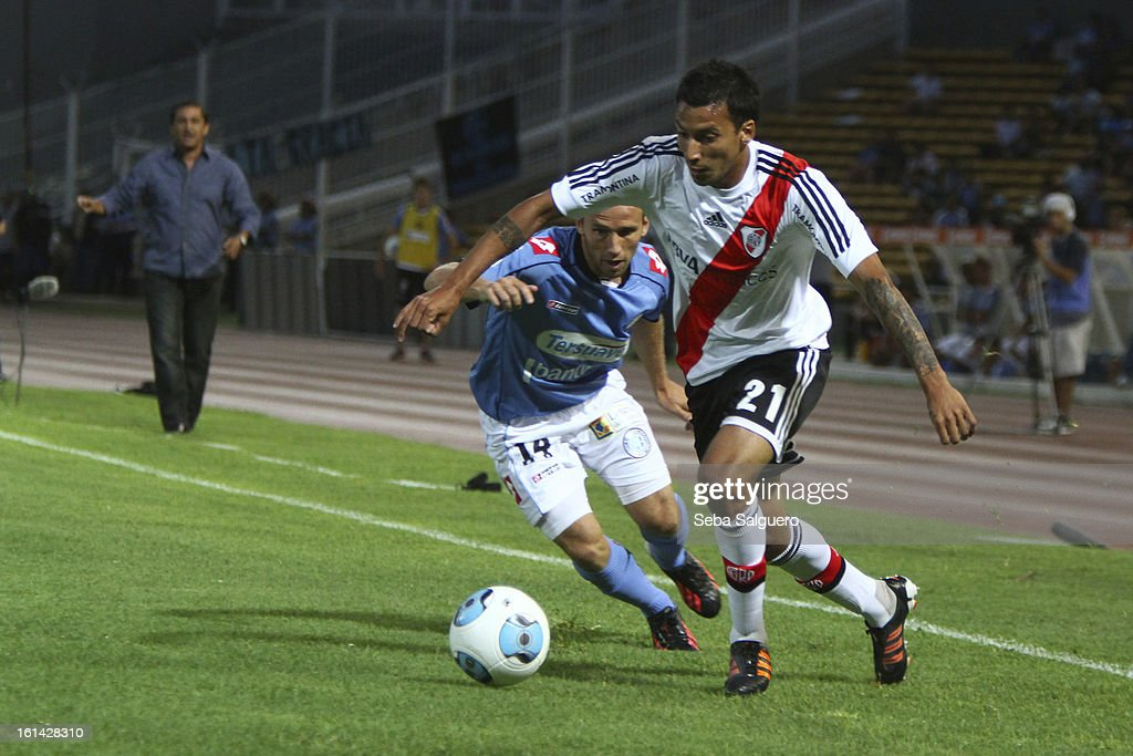 Leonel Vangioni of River fights for the ball with Martin Zapata of Belgrano during the match between Belgrano and River for the Torneo Final 2013 on February 10, 2013 in Cordoba, Argentina.