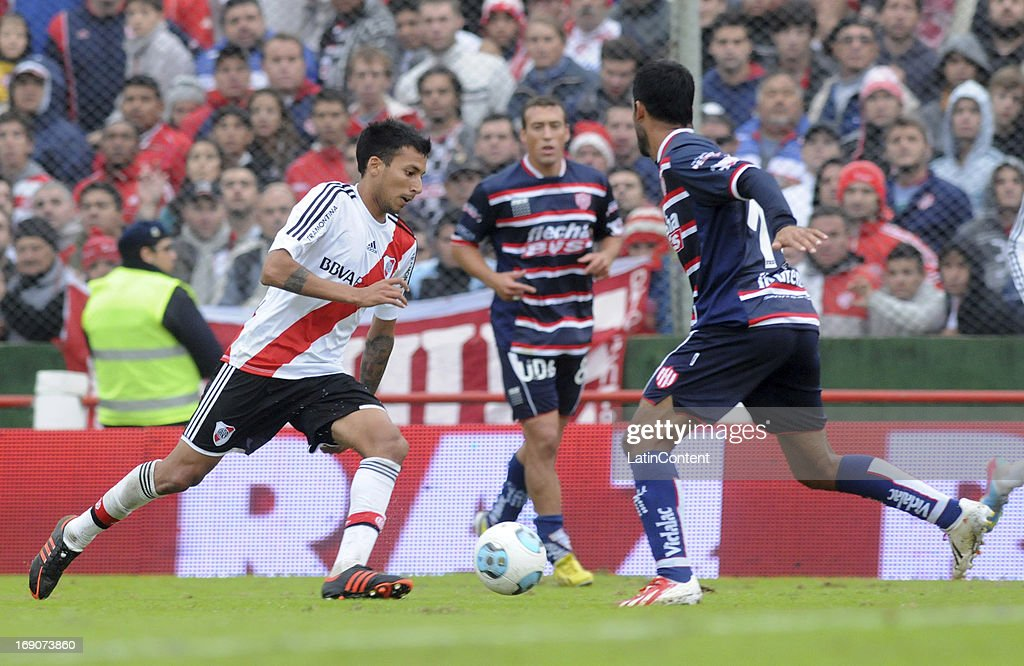 Leonel Vangioni of River Plate competes for the ball during a match between Union de Santa Fe and River Plate as part of the Torneo Final 2013 at 15 de Abril stadiun on May 19, 2013 in Santa Fe, Argentina.