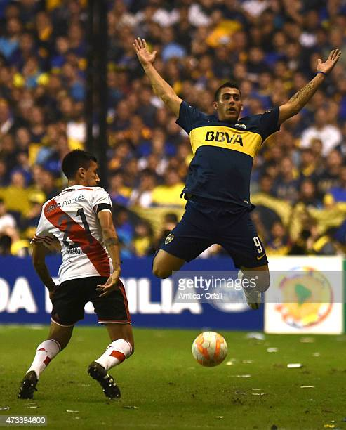 Leonel Vangioni of River Plate fights for the ball with Cristian David Pavon of Boca Juniors during a second leg match between Boca Juniors and River...