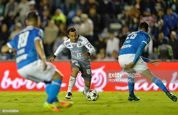 Leon´s midfilder Luis Montes vies for the ball with Curz Azul´s players Ariel Rojas and Enzo Roco during their Mexican Apertura 2016 Tournament...
