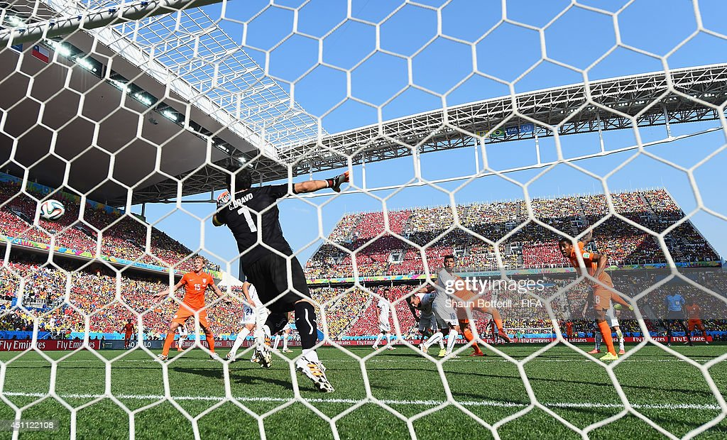 Leroy Fer (1st R) of the Netherlands celebrate scoring his team's first goal past Claudio Bravo (2nd L) of Chile during the 2014 FIFA World Cup Brazil Group B match between Netherlands and Chile at Arena de Sao Paulo on June 23, 2014 in Sao Paulo, Brazil.