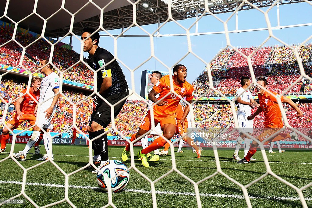 Leroy Fer (C) of the Netherlands celebrates after he scores his team's first goal past Claudio Bravo of Chile during the 2014 FIFA World Cup Brazil Group B match between the Netherlands and Chile at Arena de Sao Paulo on June 23, 2014 in Sao Paulo, Brazil.